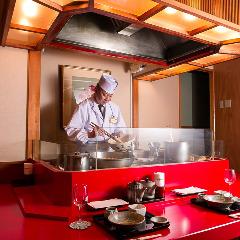 職人が目の前で揚げた天ぷらをひとつひとつ味わうスタイルで