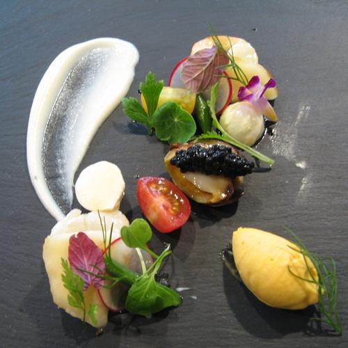 帆立貝とツブ貝のサラダ人参のアイスクリーム添え