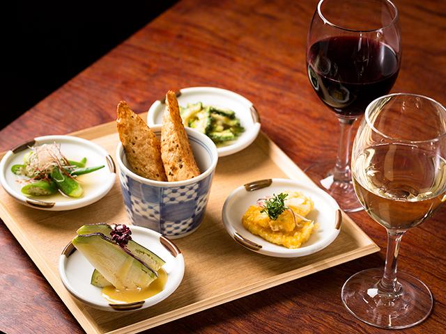 旬を迎えた野菜の美味しさを最大に活かす、「旬野菜まず一品」。自然な味わいはワインとの相性も抜群です。