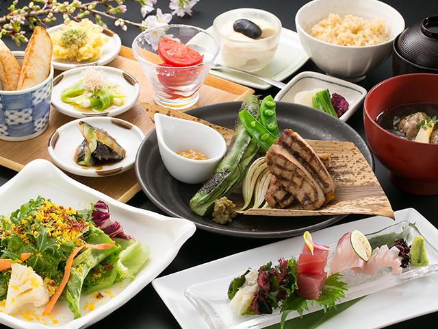 野菜・肉・魚など、旬と産地にこだわった食材の美味しさを引き出します。