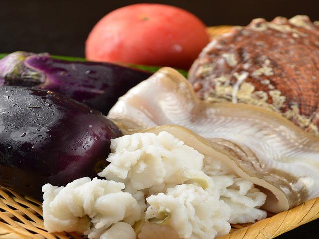 毎日市場から仕入れている新鮮なお魚や野菜を使った料理をお楽しみください。