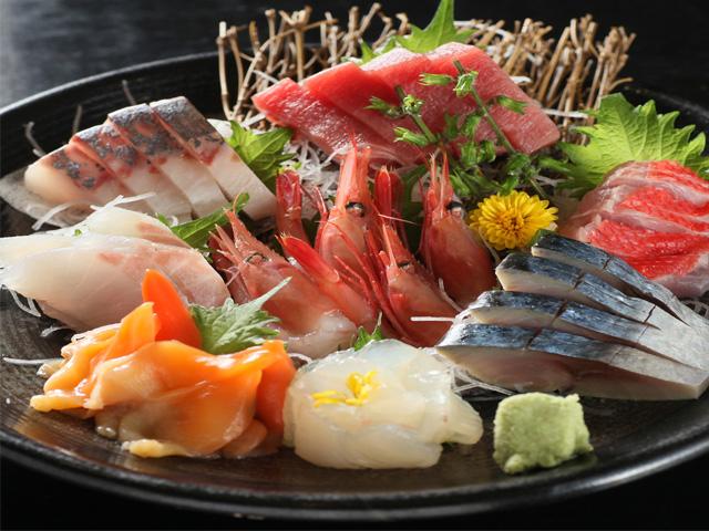 確かな目利きが選び、全国の市場から直送される旬の鮮魚は、お酒に合うと大好評です。