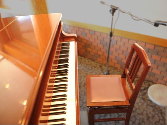 毎週土曜・日曜のディナーにはピアノの生演奏も行っています。