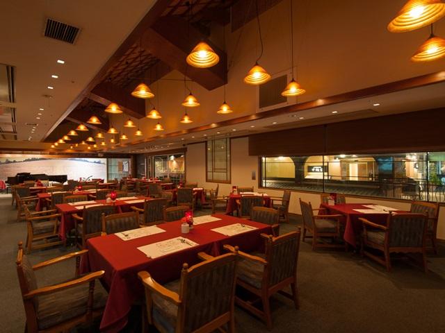 席の間隔が広いワンフロア ゆっくりとお食事を楽しめます。