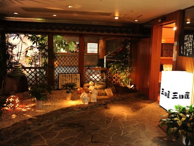 玄関をくぐったエントランスは日本庭園の箱庭を有し、外国のお客様へのおもてなしも心がけております。
