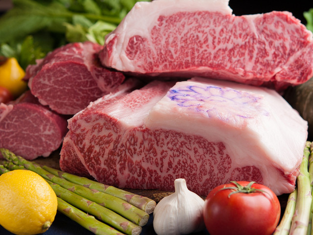 ステーキのお肉はヘレ(ヒレ)かサーロインでお選びいただけます。