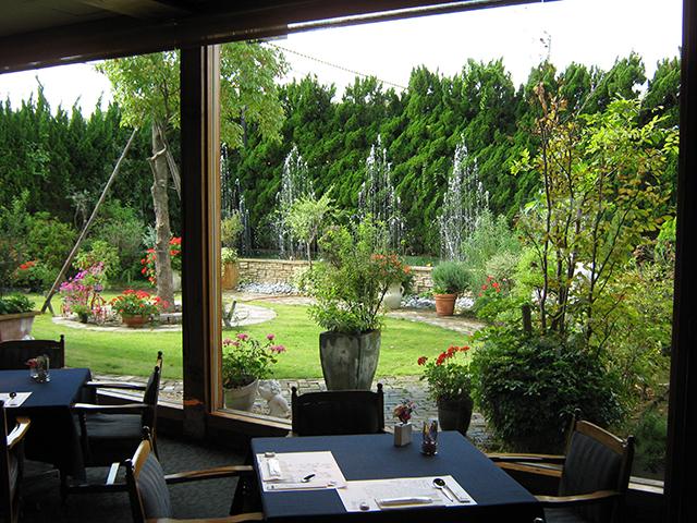 社主廣岡揮八郎の手作り庭園が心を和ませます。
