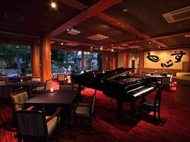 フルコンサートサイズのピアノは毎日生演奏を行いお食事タイムをグレードアップさせます。