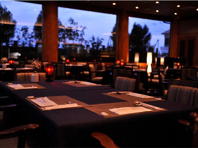 席の間隔が広いワンフロア。ゆっくりとお食事を楽しめます。