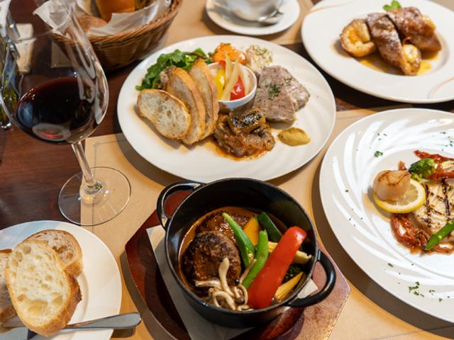 ブリアンお薦めの前菜盛り合わせや新鮮な白身魚のグリル、和牛を使ったハンバーグなどこだわりを持ったアラカルトメニューも豊富。