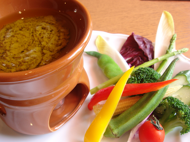 ワインにピッタリ! 彩り野菜の『バーニャ・カウダ』