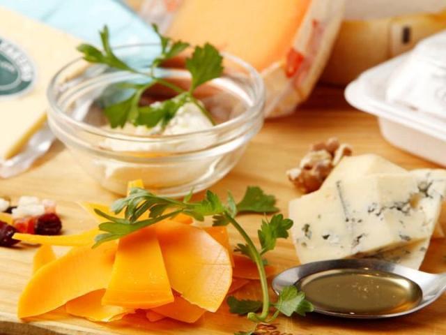 酪農家や生産者の思いと技術を実感しながら集めた個性的なチーズ