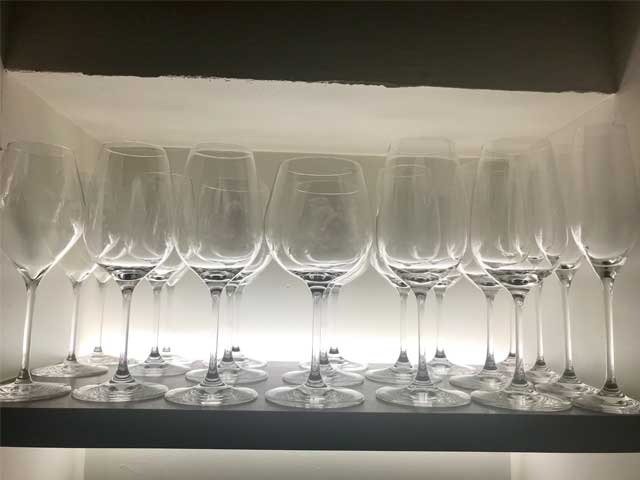 グラスを使い分けワイン本来の味を引き出します。