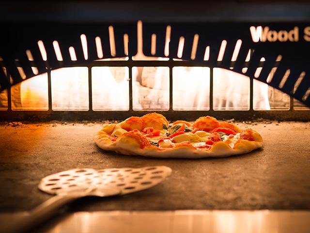 高温の石窯で焼き上げるピザも必食