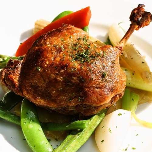 鴨もも肉のコンフィー クルミオイルドレッシングがけ