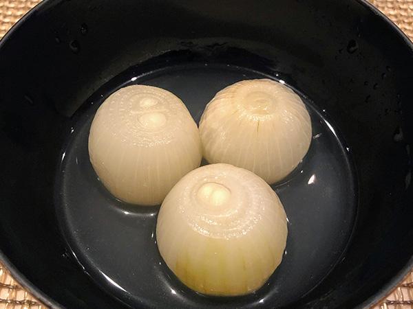 青森県産のすっぽん出汁で小玉ねぎを茹でただけのシンプルな一皿