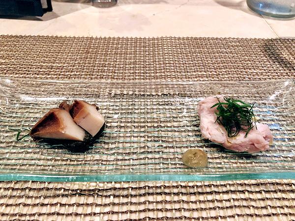 天草大王という鶏肉(塩みかんソース添え)と香り豊かな肉厚アワビ!