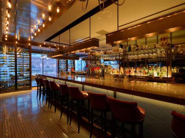 海外のバーの雰囲気をもつカウンターではバーテンダーとのおしゃべりからお一人でお酒を楽しんだり、ゆっくり寛いでいただけます。