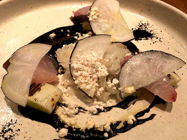 3.(前菜)大分豊後水道直送鮮魚のマリネ イカ墨と白ごまのモノクロ仕立て