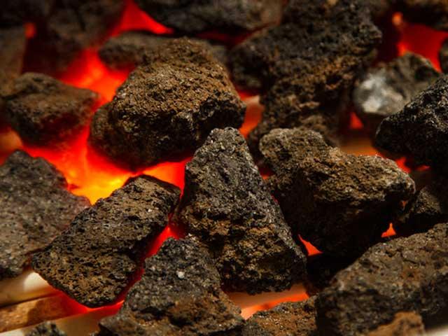 食材の旨味を引き出す『輝石安山岩』を使用したグリル料理。