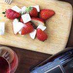 家飲みワイン応援企画!「自家製モッツァレラチーズ」の苺のカプレーゼとワインのマリアージュ(簡単レシピ付)