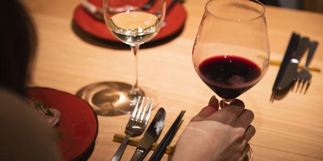 外食でワインを楽しんでいる様子