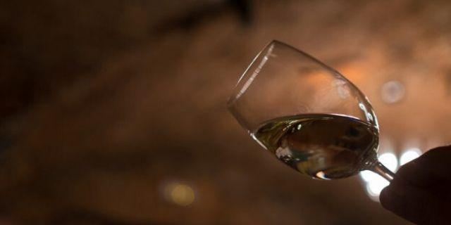 グラスを傾けて白ワインをチェック