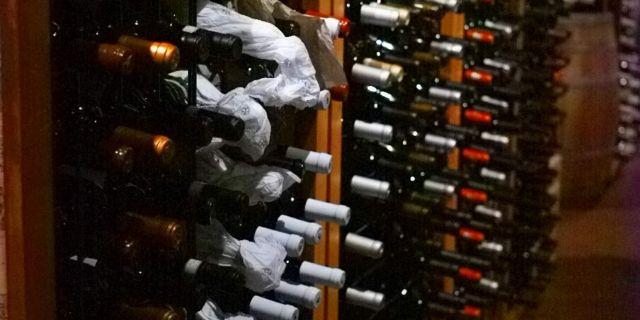 棚にワインが陳列されている様子
