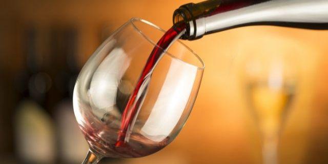 グラスに赤ワインを注ぐ様子