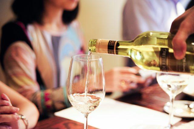 白ワインがグラスに注がれているところ
