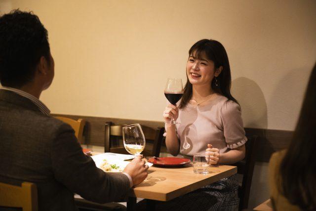 世界に通用する【ワイングラス持ち方】をソムリエが伝授します! | Winomy-ワイノミ- ワイン持ち込みOKのお店が探せるグルメサイト