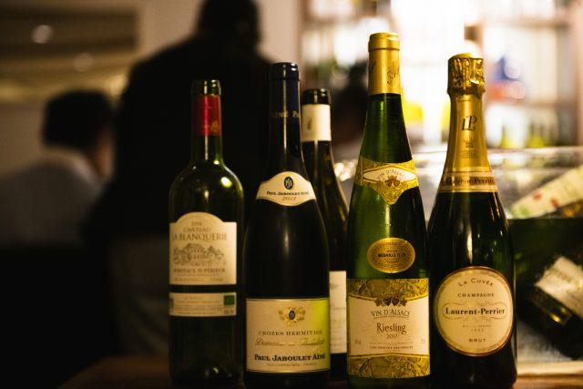 いくつかのワインが並んでいる