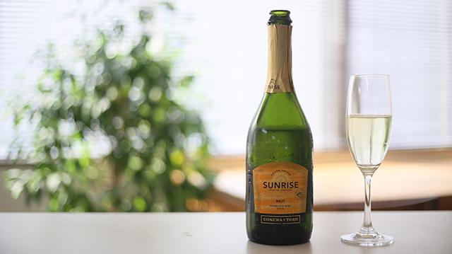 テーブルにのったシャンパンとグラス