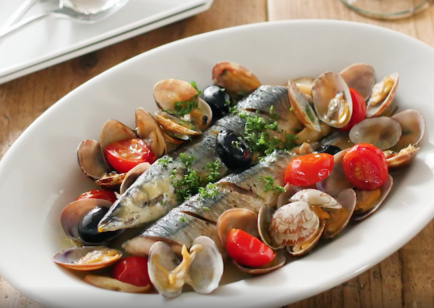 白いオーバル皿に盛り付けられた秋刀魚のアクアパッツァ