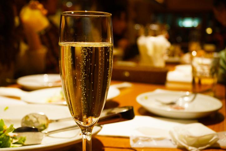 テーブルの上に置かれたスパークリングワイン