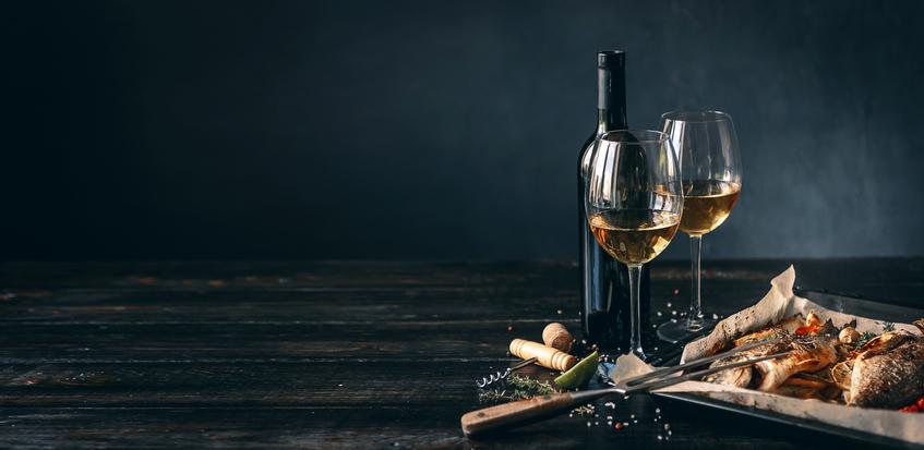 テーブルにワイン・グラス・料理が置いてある