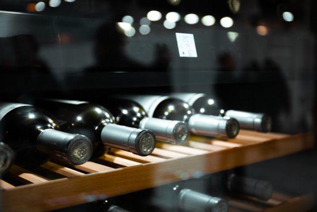 ワインセラーの中で寝かせてあるワインボトル
