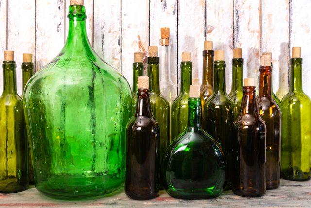 いろんな大きさのワインボトルが並んでいる