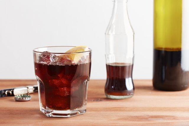 カリモーチョが入ったグラスと、赤ワインとコーラの瓶