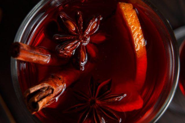 赤ワインに浸かったスパイスとオレンジ