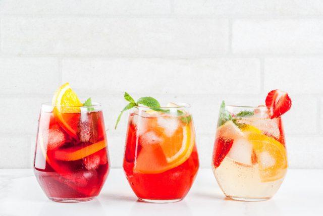 赤ロゼ白、三種類のサングリアが入ったグラス