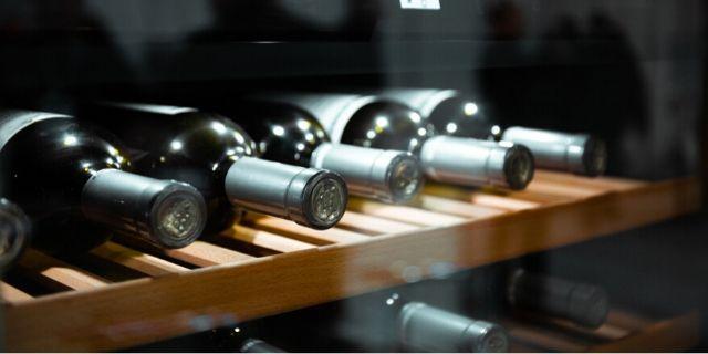 ワインセラーにボトルが並んでいるところ