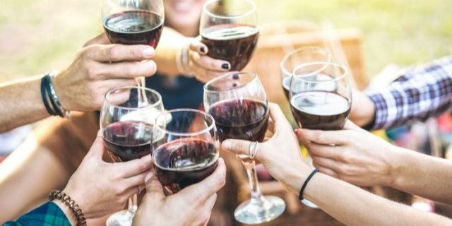 外でみんなでワインを乾杯する様子