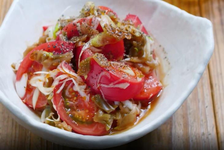 器に盛り付けたおつまみピリ辛トマト