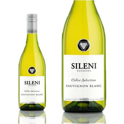透明ボトルに白ラベルと黒文字のシンプルなワイン