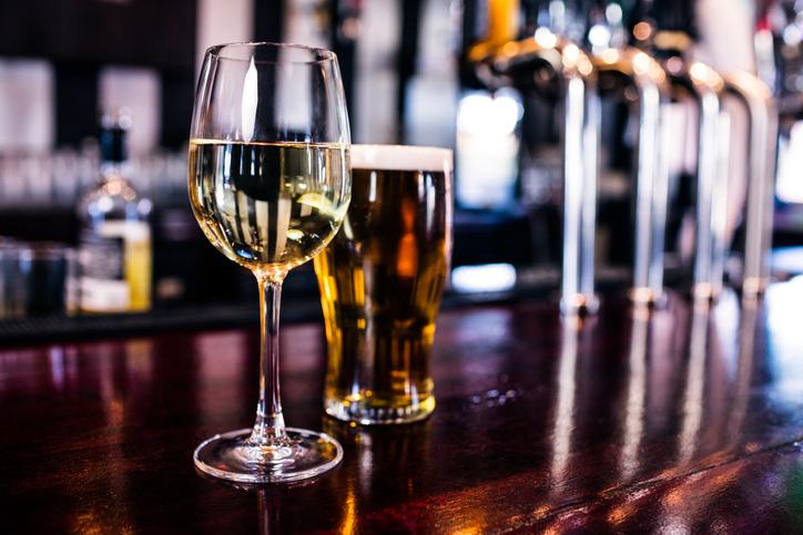 グラスに入った白ワインとビール