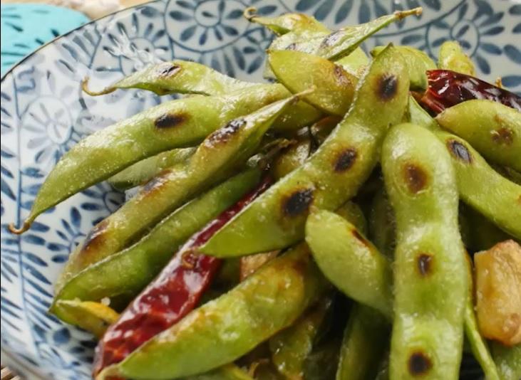 焼き色のついたペペロンチーノ枝豆