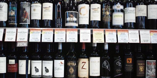 陳列棚に並んだワインボトル