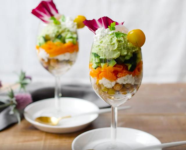 ワイングラスに野菜が何層にも入ったサラダパフェ
