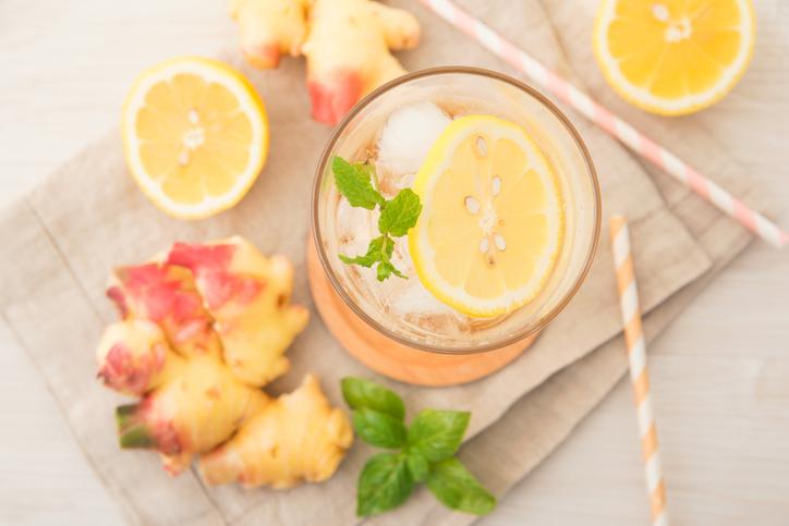グラスに入ったドリンクにスライスレモン